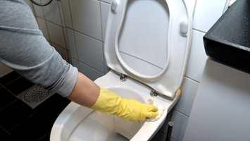 <b>REN DO:</b> Vask toalettet ofte. Jobb deg ovenfra og ned – og bruke gjerne hansker.