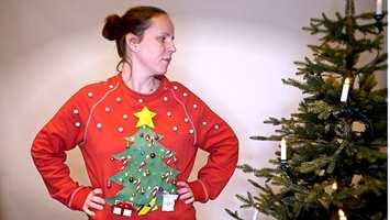 JULEGENSER: Lag din egen «ugly christmas sweater» med tekstilfarge, lim, glitter og julepynt!