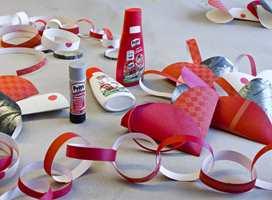 TAPETLENKE: Det er enkelt, dekorativt og tradisjonelt. Bruk tapet til å lage årets julelenke for en personlig vri.