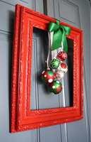 Spray en ramme i julens farger og heng opp pynt inni. Kreativt!