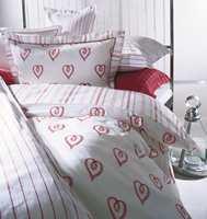 Love, ungpike og romantikk, et tosidig sengesett i vevd satin.
