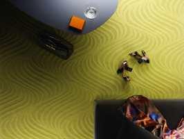 Med en frisk, limegrønn farge på teppet blir atmosfæren vårlig og lett. Teppet Ro er et heldekkende teppe i 100% ull fra Kasthall.