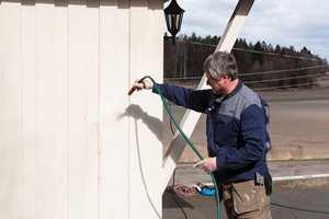 Rengjøringsmiddelet og skitten spyles av veggen - ovenfra og ned.