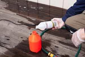 Når den nyvaskede veggen er tørr sprøyter du på et godt lag med sopp- og algedreper og lar den tørke inn i veggoverflaten.