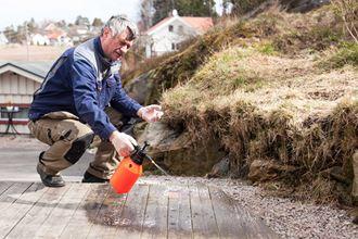 Påfør sopp- og algedreper før du går i gang med rengjøringen av terrassegulvet.