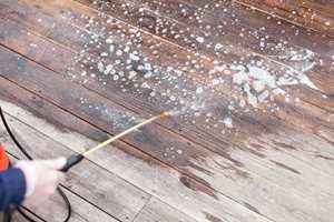 Terrasserens dusjes på med en lavtrykkssprøyte.