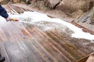 <b>SÅPE OG VANN:</b> Det gjelder å vaske grundig og skylle enda grundigere før terrassen beises, oljes eller behandles på annet vis.