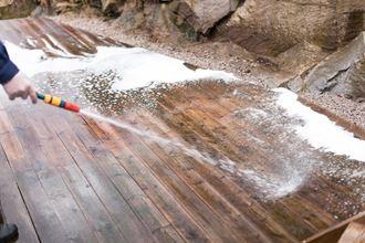 Spyling av gulvet med vanlig hageslange er tryggest.