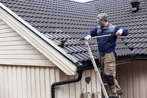 Det er ikke bare husets vegger som kan trenge litt vårrengjøring; taket blir utsatt for like mye forurensning som terrassen din. Rengjør taket og fjern skitt og groing. En behandling etterpå forhindrer ny begroing.