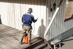 <b>FØRST:</b> Vask fasaden før du setter igang med terrassen. Vinduspussen kommer til sist. (Foto: Kristian Owren/ifi.no)
