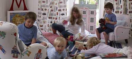 Livlig barnerom med varierte tekstiler.