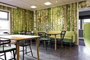 Lunsjrommet fungerer også som arbeidsplass, og er møblert med møbler fra NC og Materia. Veggene er dekorert med en skog av bjørketrær laget av fem fototapeter.