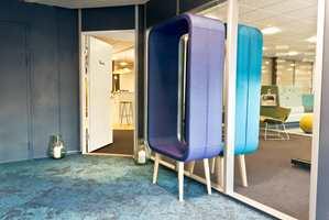 Den blå fargen ble hentet opp fra fasaden og brukt i Interface teppefliser, møbler og veggfarger. Her er det blant annet plassert to stk «Frame» sittebenker fra Materia, en i fellesgangen og en inne i Kinnarps lokaler.