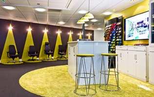 De mange ulike typene arbeidsstoler er vist frem på en innovativ måte, med ekte og malt spotlightlys.