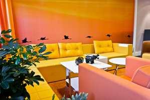 Mange av veggene er dekorert med fototapet, og fargene er ikke tilfeldig valgt. Sofaen heter monolog og lenestolene Skandinavia.