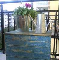 Kisten er koselig dekor og oppbevaring på balkongen, men bør behandles for ikke å ta skade.