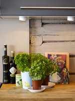 Spennende kontrast mellom gamle vegger og ny kjøkkeninnredning i stram, moderne stil.