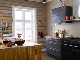 Rolige, avstemte farger skaper god atmosfære. De gardinløse, hvitmalte vinduene tilfører mye lys.
