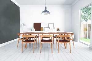 <b>GULV:</b> Når du skal male gulvet, må du velge en maling som tåler det lille ekstra. I dag finnes matte malinger med høy slitestyrke som er beregnet for bruk på gulv, som Carazzo fra Pure & Original, her i fargen Silk White.