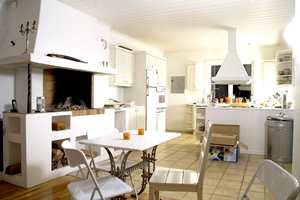 De nye eierne ønsket å integrere spisestuen mer med kjøkkenet og fjernet fliser og parkett på gulv og la eikeplank over hele gulvflaten.