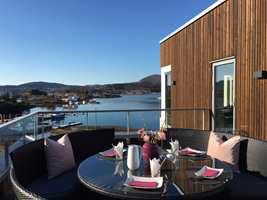 <b>UTSIKT:</b> Laila henter inspirasjon til interiørfarger fra landskapet og naturen på Nautøya der hun og mannen bor.