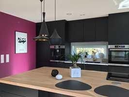 <b>ETTER:</b> Laila Lillerovde stortrives med ny farge på kjøkkenveggen.