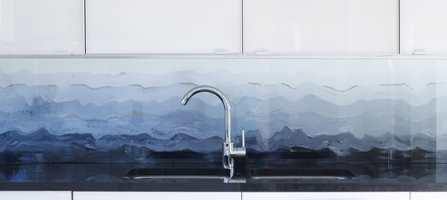 Med kreative evner kan man male sitt eget motiv over kjøkkenbenken.