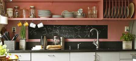 Tavlemaling over kjøkkenbenken er praktisk for middagstips og hyggelige beskjeder.