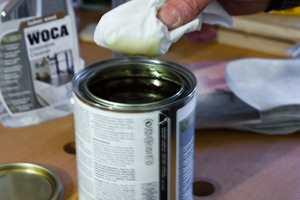 <b> DYBDEBESKYTTELSE: </b> Treverket i kjøkkenbenken kan med fordel behandles med en olje som trekker inn og beskytter i dybden. Det finnes både naturfargede og pigmenterte oljer. (Foto: Chera Westman/ifi.no)