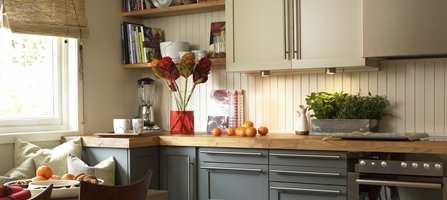 Dette kjøkkenet er innredet av Siv Munkeberg Brenne. Den lyse fargen på overskapene (S 2010-Y20R) mot mørk under (S 5502-Y) gir en fin balanse.