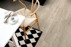<b>HVERDAG:</b> Gulvet på kjøkkenet må tåle hverdagsutfordringene, som stoler som dras over gulvet. Her er det lagt det slitesterke og vannbestandige laminatgulvet Sensation fra Pergo.