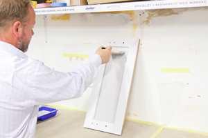 Etter rull brukes penselen til å trekke malingen godt ut.