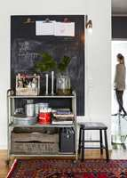 <b>BAKVEGG</b> Den malte tavlen har fått god plass og fungerer som en tøff bakvegg til møblene. (Foto: Beckers)