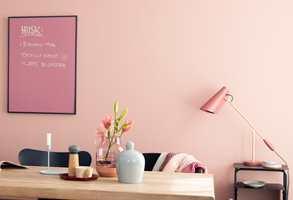 <b>BILDE</b> Tavlen (5897 Plomme) matcher veggfargen (5896 Slør), og med en ramme rundt ser den ut som et bilde – som en del av interiøret. (Foto: Butinox Interiør)