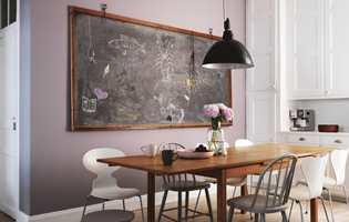 <b>EN DEL AV KJØKKENET</b> Den store tavlen er en stor del av kjøkkenets interiør og gjør mye av atmosfæren der. Den fungerer både som huskeliste og dekor. (Foto: Beckers)