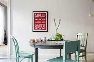<b>STOLER:</b> Mal ulike stoler så de matcher! Du kan male dem i helt lik farge eller ton-i-ton for et mest mulig helhetlig uttrykk. Stolene er malt i Skilla 779, Lindblomma 805 og Isblå 784 fra Beckers.
