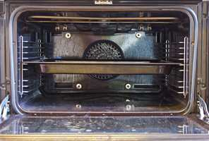 <b>BRENT:</b> Innbrente matrester i stekeovnen er ikke særlig lekkert. (Foto: Mari Andersen Rosenberg/ifi.no)