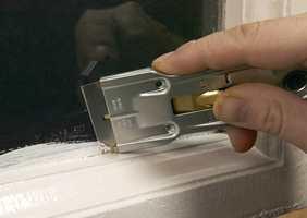 <b>VINDUSSKRAPE:</b> I tillegg til å fjerne malingrester fra vinduet, kan du bruke vindusskrapen til å skrape vekk innbrent fett og størknede matrester. Rengjør uten å ripe. (Foto: Jordan)