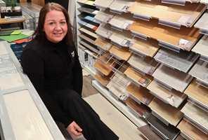 <b>FLINKE KUNDER:</b> Interiørkonsulent Inger-Lise Lorentzen hos Happy Homes i Oslo mener kunder er blitt flinkere til å stille gode spørsmål når de skal kjøpe gulv. – Vi elsker å svare på gulvspørsmål, sier hun.