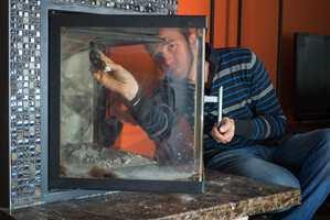 <b>GLASS:</b> Ved å gå over glassdøren med midler som fjerner aske og sot, blir fyringen en hyggeligere affære.