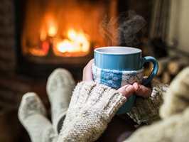 <b>PEISKOS:</b> Høsten er tiden for å slenge seg opp i godstolen med en god kopp te og litt peiskos.