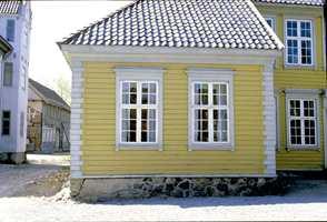 Herskapshus fra Brevik, nå på Norsk Folkemuseum. Huset er bygget i 1761, og modernisert i 1830 med ny liggende kledning og glatthugget steinimitasjon i hjørnene. Fargesettingen illuderer ulike typer sandstein.