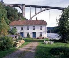 Gamle Svinesund var fergested før broen kom, og den gamle kongeveien gikk forbi gården. Huset fikk sin nåværende form rundt 1850, men deler av huset stammer fra 1733. Liggende hvitt panel, valmet tak og tannsnittbord øverst på veggen var typisk. Det er også utformingen av dørene.