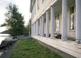 Gamle Svinesund er også kalt Søylegården. 16 hvite søyler på fasaden mot sjøen var det første folk som kom med fergen fra Sverige så av Norge.
