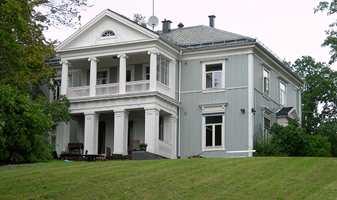 Som et gresk tempel ligger Bakkehaugen gård i Oslo, en gedigen oversettelse av fremmed steinarkitektur til hjemlige trematerialer. Huset er oppført i nyklassisisme i 1911. Symmetrisk fasade med etasjebånd og valmet tak var typisk. De store vinduene er påvirket av sveitserstilen, som kom imellom.