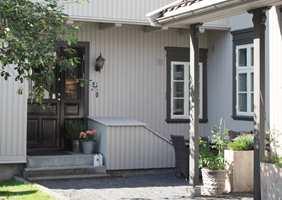<b>KLASSISK:</b> Døren er malt i farge 970 Mørk Brun, som gir et elegant uttrykk, noe mykere enn sort. Omrammingen er grå; 954 Aske/S 7502-Y. (Foto: Butinox Futura)