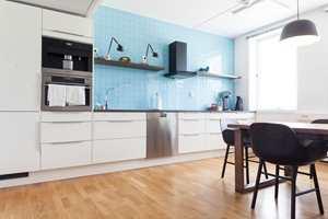 <b>FORNØYD MED FARGENE:</b> Klinikken har valgt en grønnblå stil. Den oppleves som vakker og ren og kler rommene godt. Også på kjøkkenet.
