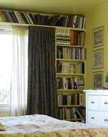 Med samme farge som veggen, skaper hyllene et rolig hjørne.