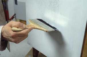 Så fordrives heftgrunningen med en fordriverpensel for å få vekk rullestruktur og få en pen overflate på malingen.