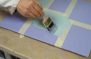 Samme maling som sluttstrøksmalingen brukes på dekoren. Bruk en tykk lakkpensel for å påføre og jevne ut.